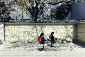 桜を追う女の子